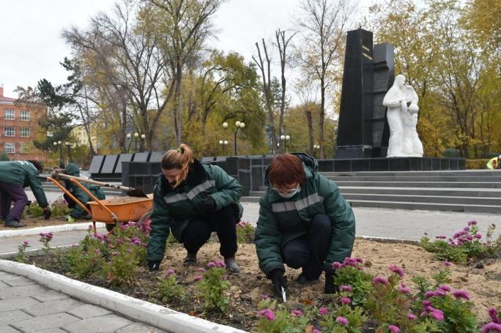 Даже осенью в Астрахани сажают цветы