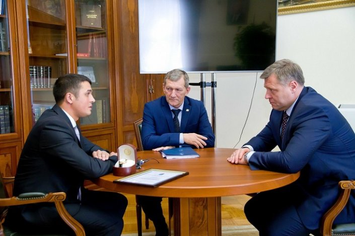 Астраханский губернатор наградил врача за проявленный героизм