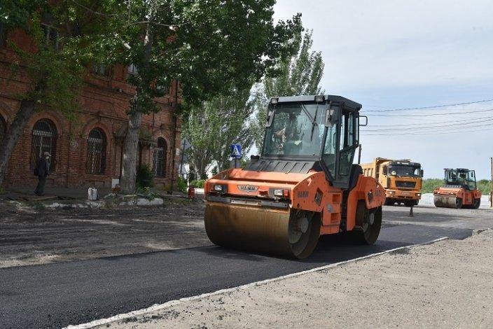 В Астрахани продолжается замена дорожного полотна