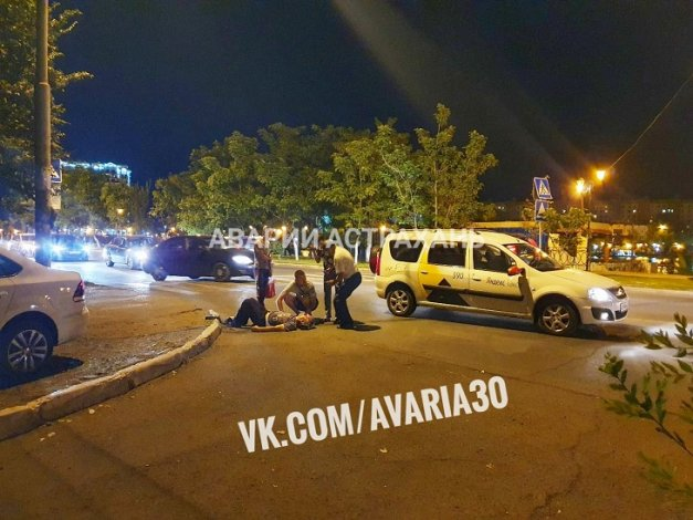 Таксист сбил астраханца на переходе