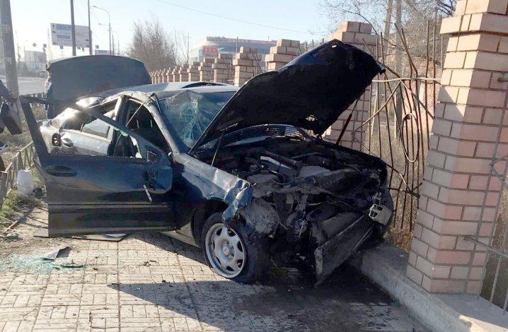 На Магнитогорской Mercedes вылетел на тротуар