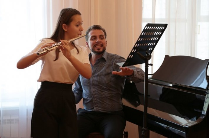 Столичный педагог позанимался с юными астраханскими флейтистами