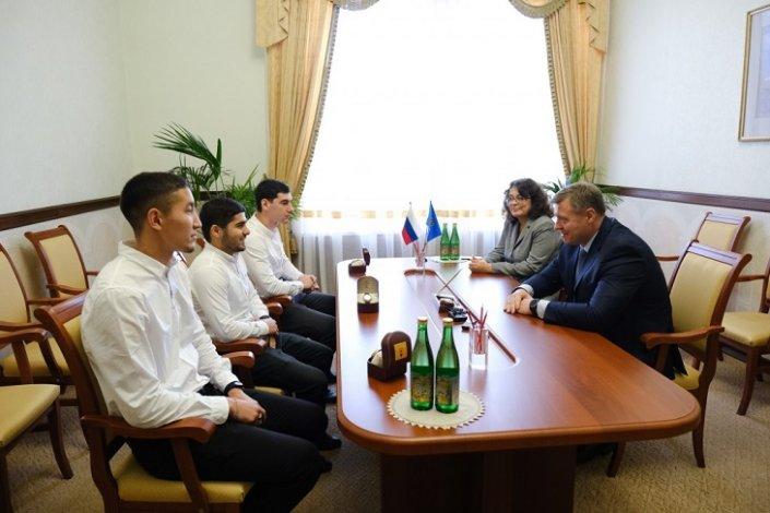 Астраханский губернатор встретился с футболистами, спасшими пенсионерку