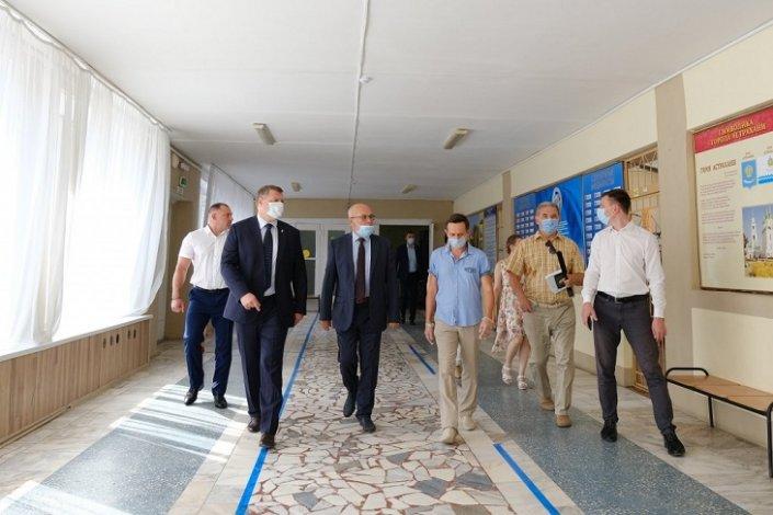 Астраханский губернатор побывал в пункте сдачи ЕГЭ