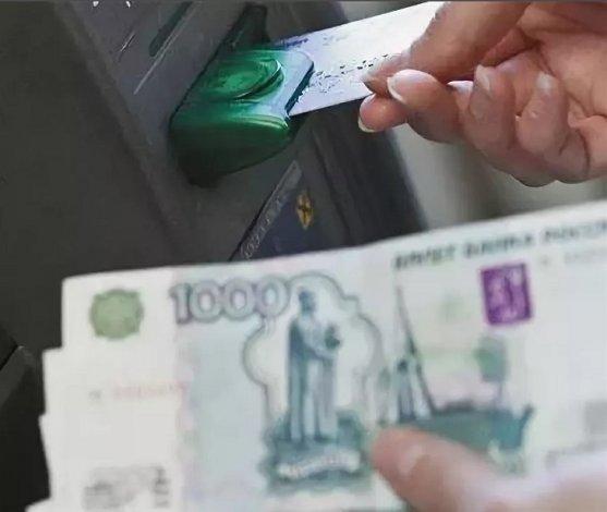 Астраханка похитила средства с банковских карт пенсионера