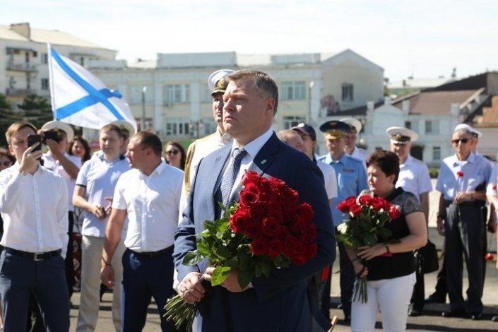 Астраханский губернатор поздравил военных моряков с праздником