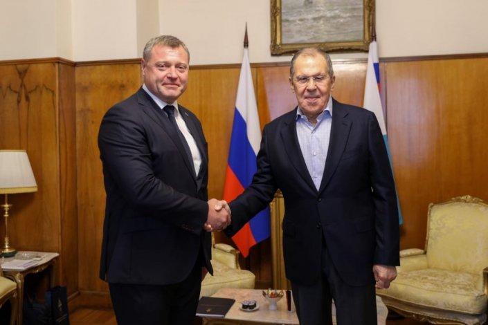 Губернатор Бабушкин и министр иностранных дел Лавров пожали руки
