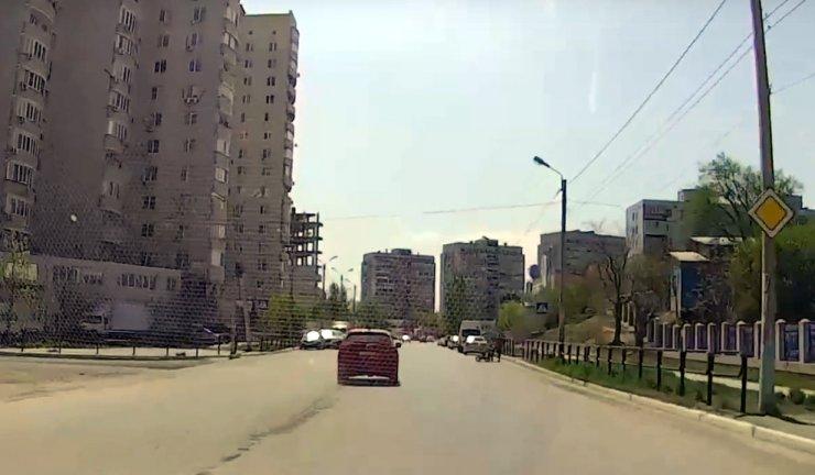 Астраханский лихач едва не сбил мать с двумя детьми