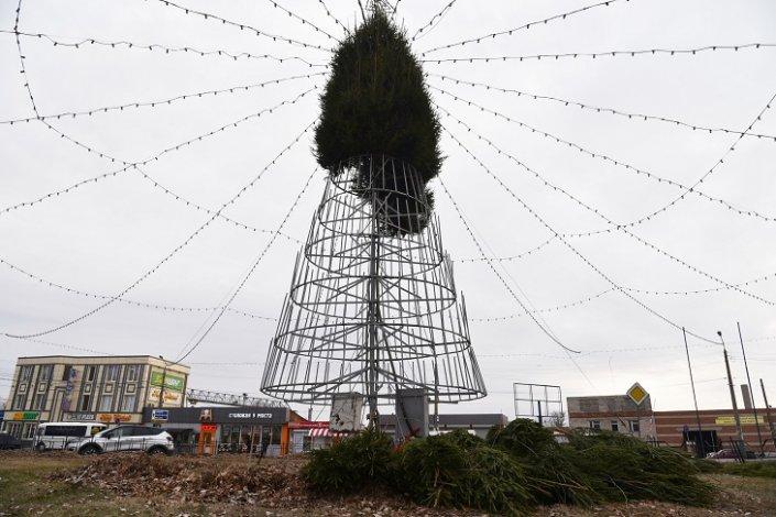 В Трусовском районе начали устанавливать центральную елку