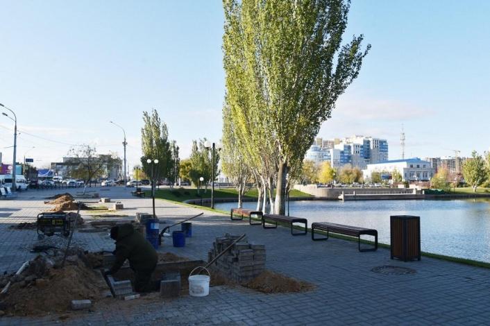 В Астрахани продолжается благоустройство Лебединого озера