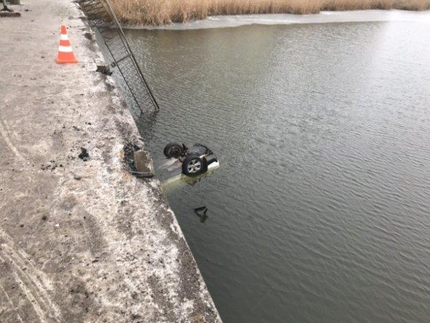 В трёшнике машина улетела в реку с моста. Видео