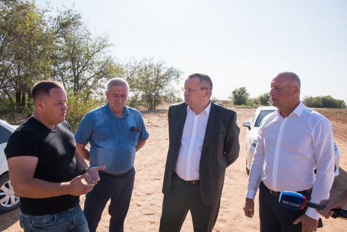 Развитие сельского хозяйства и благоустройство села – Игорь Мартынов посетил Енотаевский район