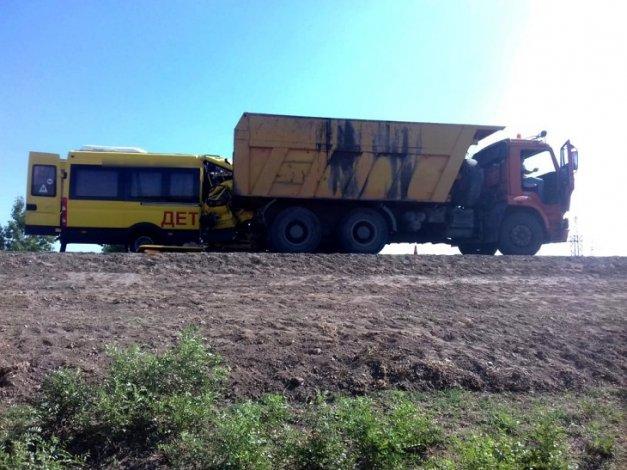 Под Астраханью микроавтобус с выпускницами врезался в КамАЗ