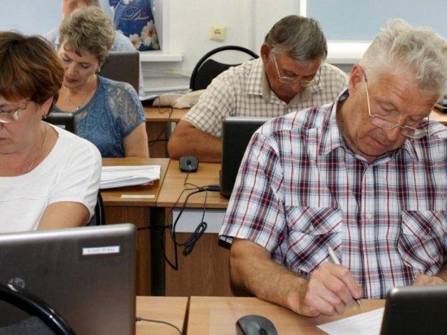 Астраханцев готовят к труду на пенсии