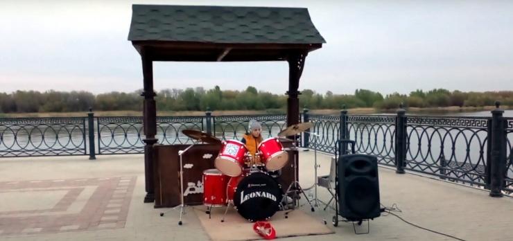 Выступление юной барабанщицы в центре Астрахани попало на видео