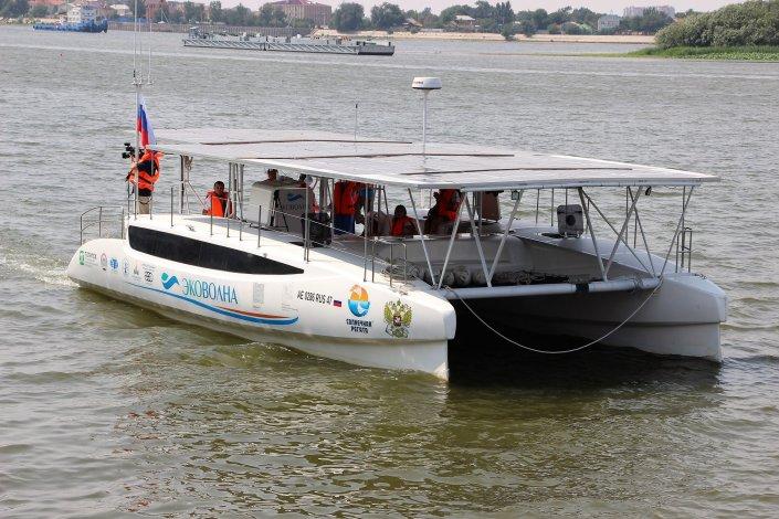 Из Астрахани в уникальную экспедицию по рекам страны отправился экологически чистый катамаран на солнечных батареях