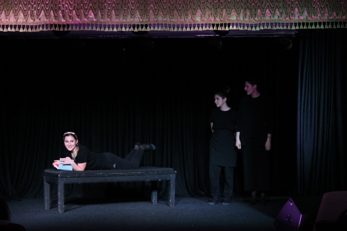 Популярный астраханский шоумен представил пьесу «Девочки такие девочки»