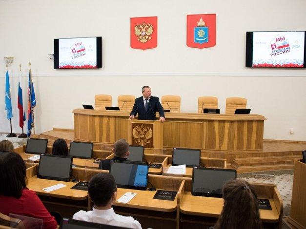 Игорь Мартынов вручил паспорта юным астраханцам