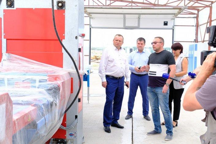 Обновленный стадион, модернизация предприятий и инвестиции – Игорь Мартынов посетил Харабалинский район
