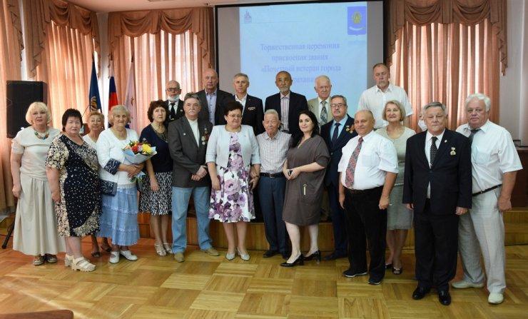 Почетным ветеранам города Астрахани вручили удостоверения