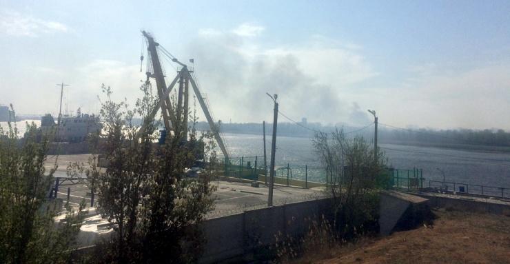 В Астрахани полыхает городской остров