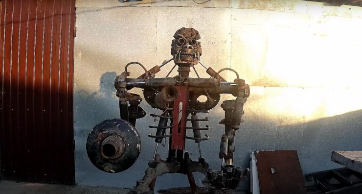 Астраханец сделал робота из металлолома