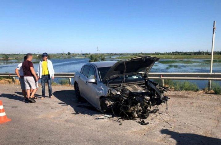 Иномарка чуть не вылетела с моста под Астраханью