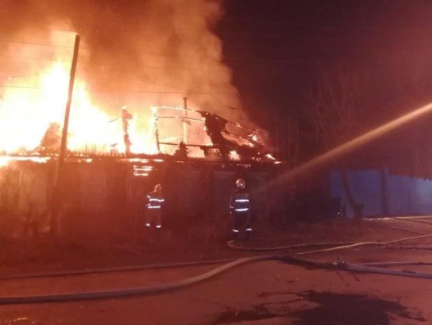 В центре Астрахани четыре часа горел дом