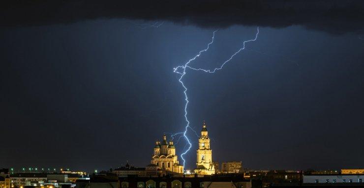 Фотограф снял молнии на фоне Астраханского кремля во время ночной грозы