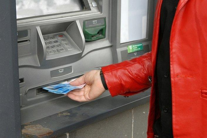 Астраханка обвиняется в краже денег из банкомата