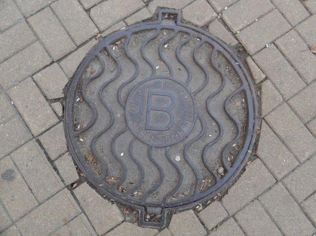 С улиц Астрахани крадут крышки канализационных колодцев