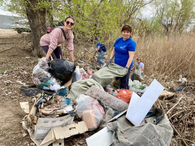 В День эколога «ЭкоЦентр» и активисты навели порядок в микрорайоне Бабаевского