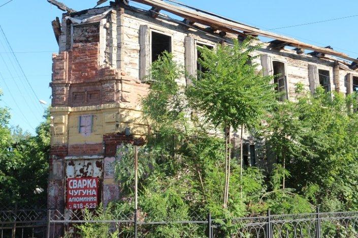 В центре Астрахани снесли сгоревший дом