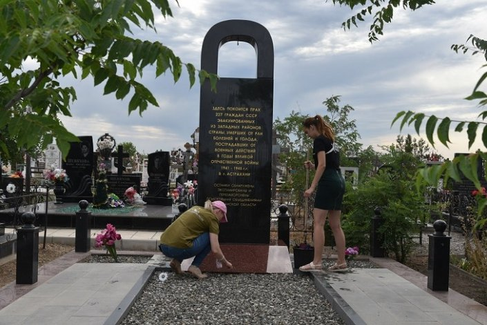В Астрахани следят за порядком на военных мемориалах