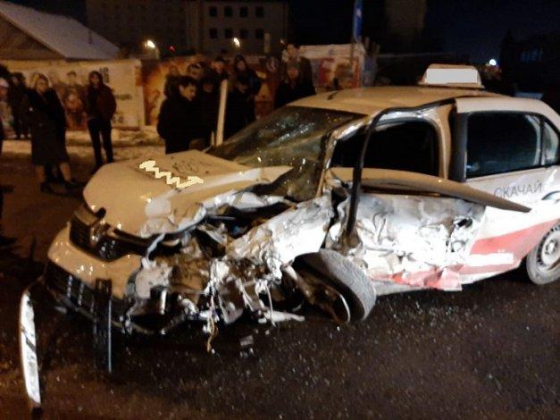 В Астрахани произошло крупное ДТП с участием такси