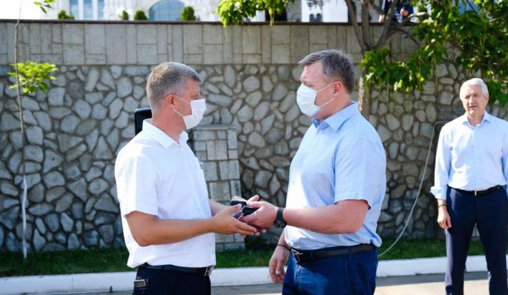 Астраханский губернатор вручил медикам автомобили
