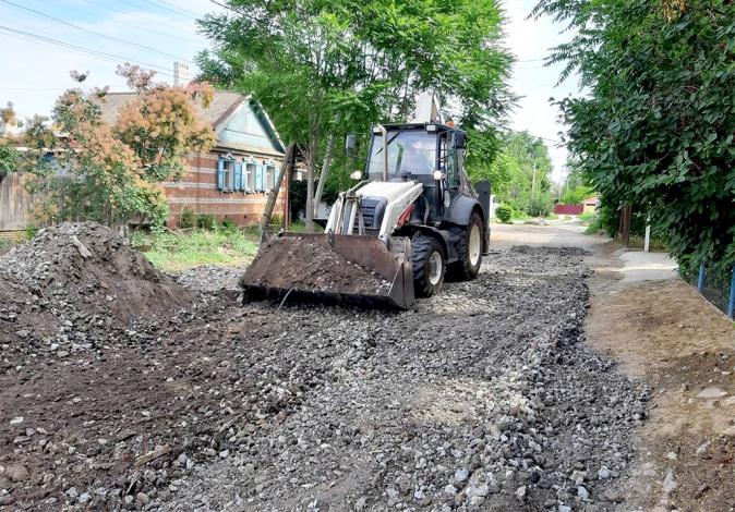 В поселке Советский на окраине Астрахани производится ремонт грунтовых дорог
