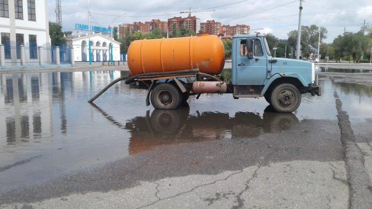 Коммунальщики устраняют последствия дождя в Астрахани