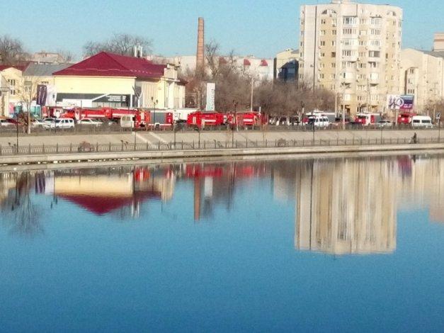 Подозрительный запах в элитной новостройке Астрахани поставил на ноги 13 пожарных расчётов