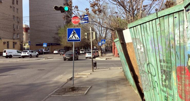 Падающий забор в центре Астрахани угрожает людям