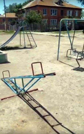 Астраханцы жалуются на опасную детскую площадку