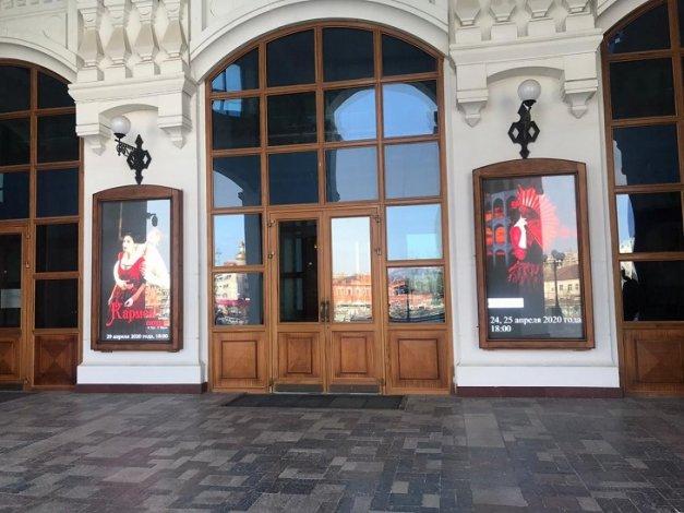 В Астраханском театре оперы и балета появились «живые» афиши