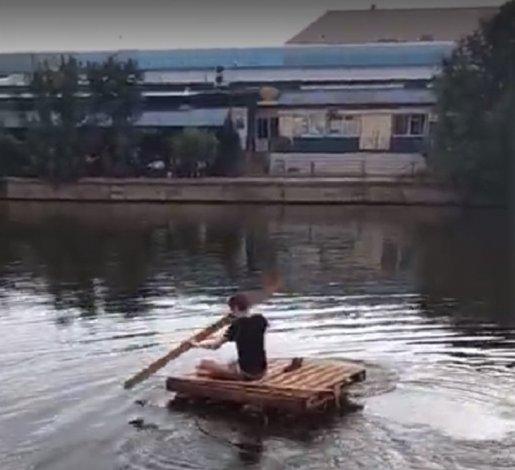 Неизвестный на плоту плыл по каналу в Астрахани