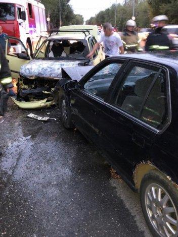 В Астрахани при ДТП загорелась машина