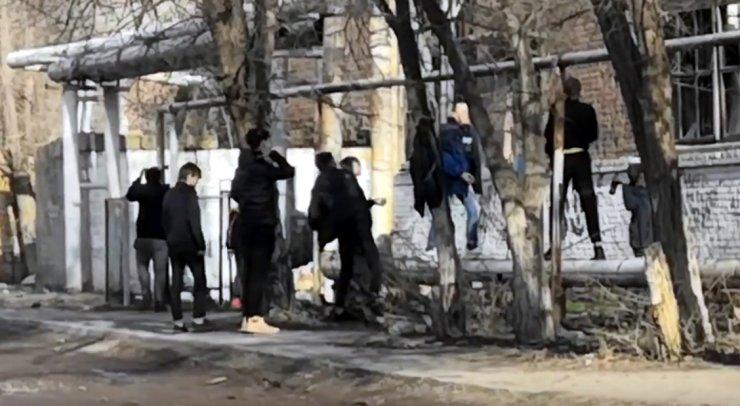 Атака подростков на здание в Астрахани попала на видео