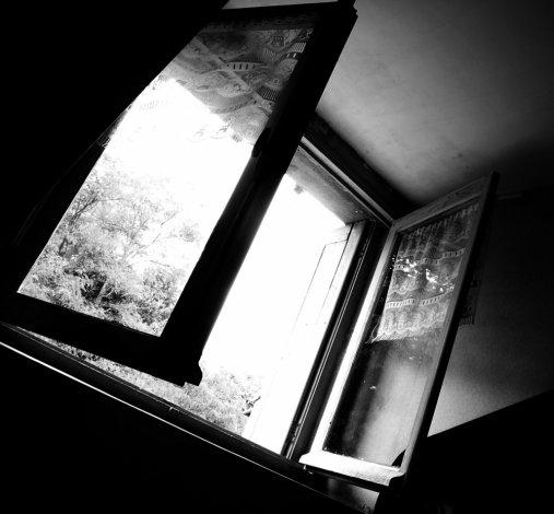 Из окна пятого этажа выпала молодая астраханка
