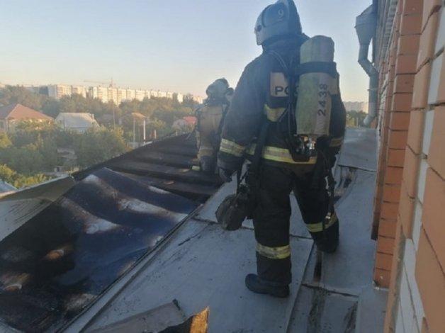 В Астрахани загорелась крыша дома