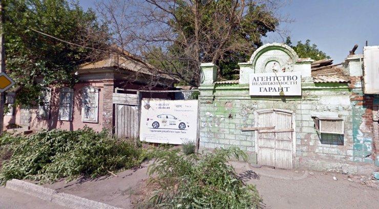 На улице Кирова в Астрахани загорелась «заброшка»