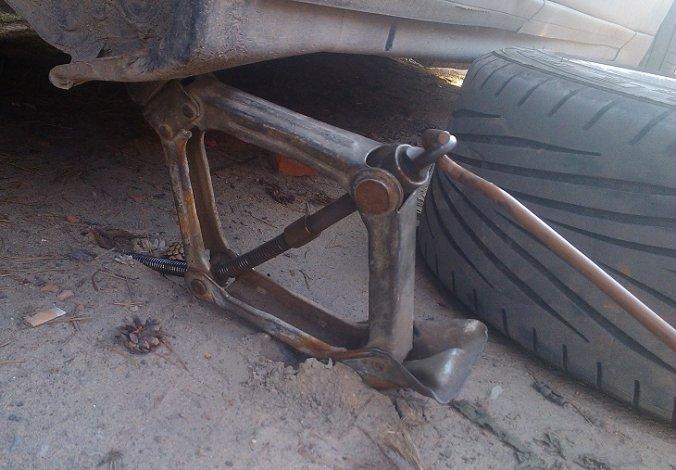 Под Астраханью во время ремонта автомобиля погиб мужчина