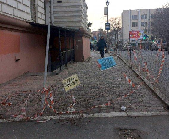 В самом центре Астрахани пешеходам угрожает опасность